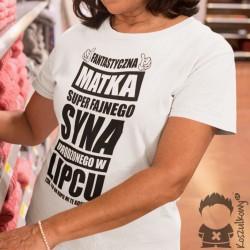 Fantastyczna matka super fajnego syna urodzonego w lipcu - damska koszulka z nadrukiem