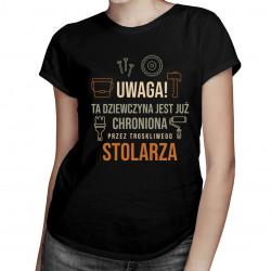 Dziewczyna chroniona przez troskliwego stolarza - damska koszulka z nadrukiem