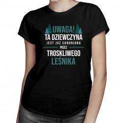 Dziewczyna chroniona przez leśnika - damska koszulka z nadrukiem