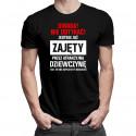 Uwaga! Nie dotykać! Jestem już zajęty przez atrakcyjną dziewczynę - męska koszulka z nadrukiem