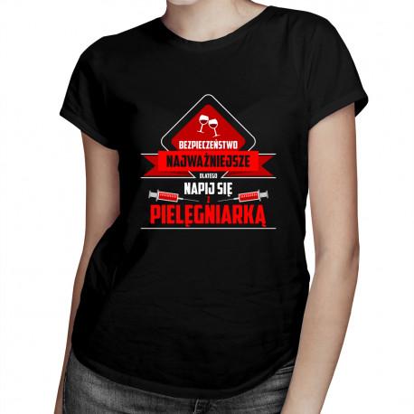 Bezpieczeństwo najważniejsze, dlatego napij się z pielęgniarką - damska koszulka z nadrukiem