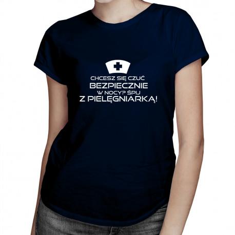 Chcesz się czuć bezpiecznie w nocy? Śpij z pielęgniarką! - damska koszulka z nadrukiem