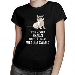 Moim życiem rządzi mały futrzany władca świata - damska koszulka z nadrukiem