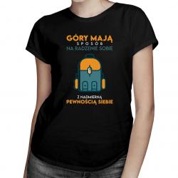Góry mają sposób na radzenie sobie z pewnością siebie - damska koszulka z nadrukiem